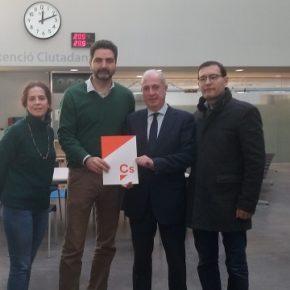 Ciutadans (Cs) Sant Cugat entrega más de 600 firmas para restituir las banderas en el Ayuntamiento